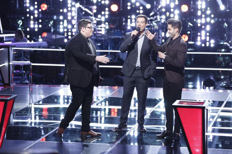 A két énekes és a műsorvezető a párbaj után (Fotó: Tyler Golden/NBC)